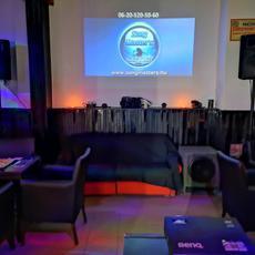 CSütörtök péntek este 8 órától karaoke